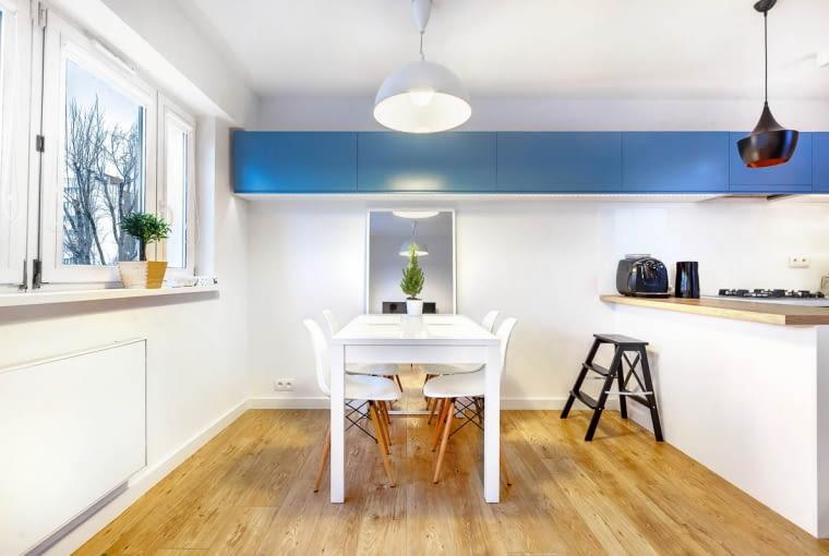 W jadalni o ścianę oparto duże lustro, które ma dodatkowo optycznie powiększać przestrzeń.