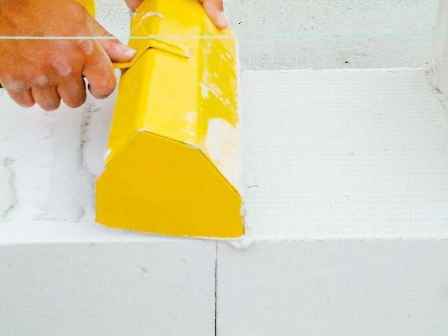 Zaprawę najwygodniej rozprowadzać specjalną kielnią, o szerokości dopasowanej do wymiarów bloczków