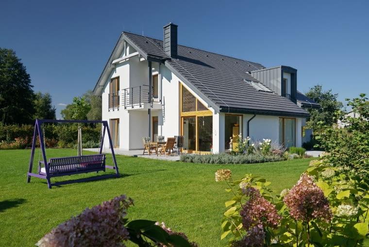 dom nowoczesny, huśtawka, duże przeszklenia, komin, lukarna