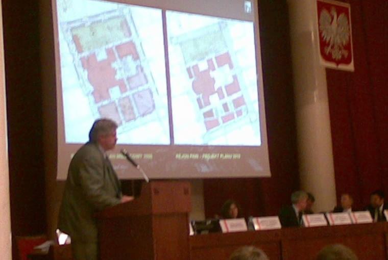 Szef miejskiego biura architektonicznego Marek Mikos podczas omawiania uwag do planu zagospodarowania placu Defilad