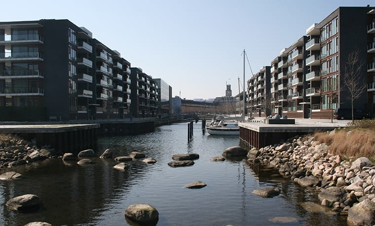 Przed blokami w Kopenhadze zamiast samochodów - żaglówki, fot. citypolska