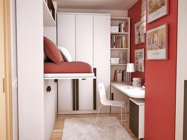 Mały pokój młodzieżowy z nietypowym rozwiązaniem łóżka