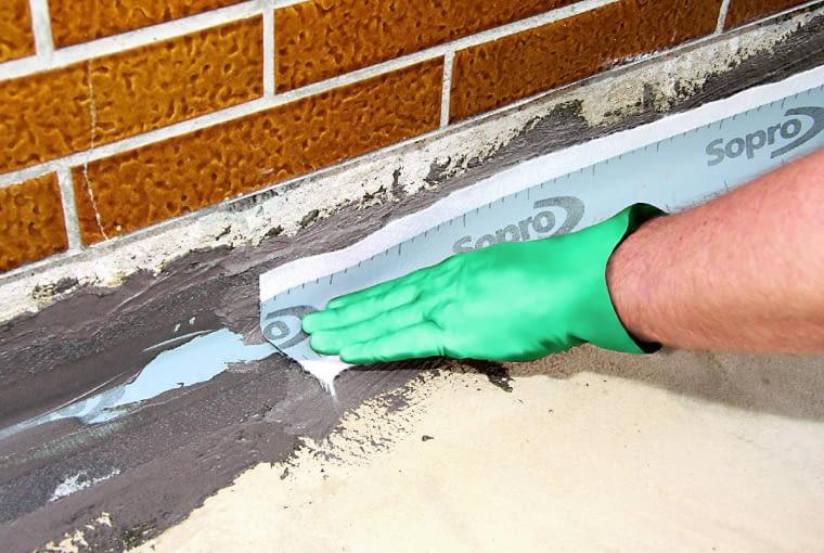 W skład systemów ze szlamami mineralnymi wchodzą elastyczne taśmy, którymi uszczelnia się styk tarasu ze ścianą domu