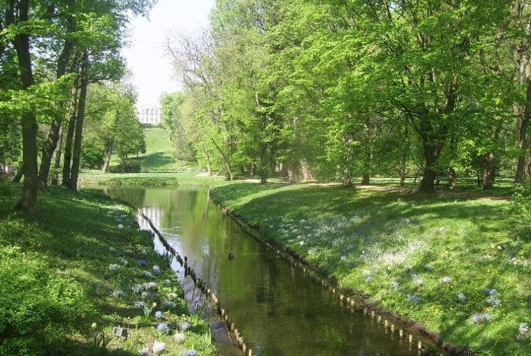 Widok w strone pałacu Belweder z głębi ogrodu romantycznego.