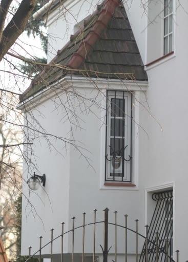 Wykusz w funkcji specjalnej - ulokowany między kondygnacjami, mieści spocznik klatki schodowej. Okna przypominające strzelnicę nawiązują wprost do architektonicznego pierwowzoru, rodem z architektury Bliskiego Wschodu.