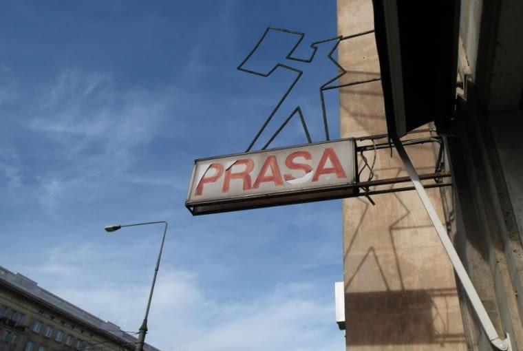 """Neon """"Kioskarz"""" przy pl. Konstytucji, stan obecny"""