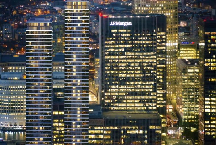 Wardian London, Londyn, Wielka Brytania, proj. Glenn Howells Architects, nominacja w kategorii projekty, budynki mieszkalne. Dwie smukłe wieże, które prostymi kształtami i szklanymi elewacjami nawiązują do otaczającej zabudowy. Wewnątrz ma powstać 756 apartamentów, każdy z balkonem na którym będzie można urządzić zewnętrzny ogród. Balkony obiegają dookoła każde piętro mieszkalne tworząc rytm białych pasów ciągnących się przez całą wysokość wieżowców.