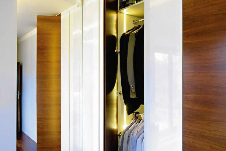 Oświetlenie w szafie warto zamontować w taki sposób, by włączało się gdy otwieramy drzwi.