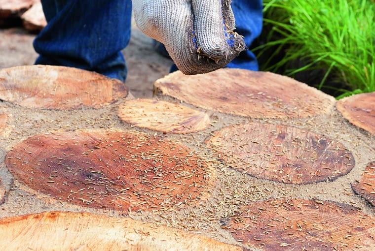 Usuwamy nadmiar piasku, sprawdzamy, czy szczeliny są nim wypełnione, i ewentualnie uzupełniamy braki.