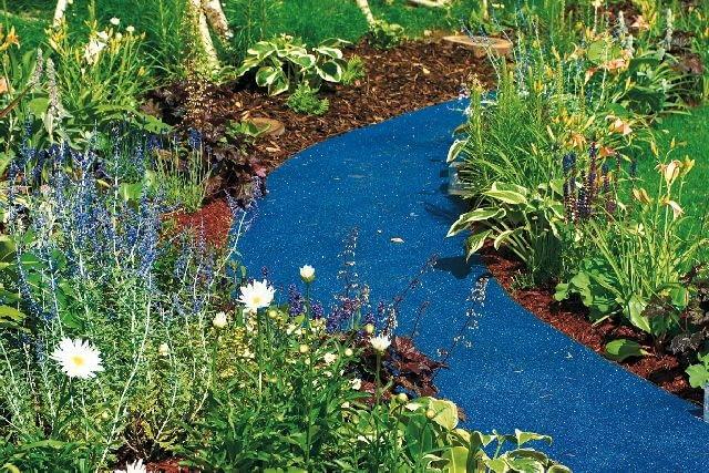 Ścieżka ogrodowa z niebieskich kulek