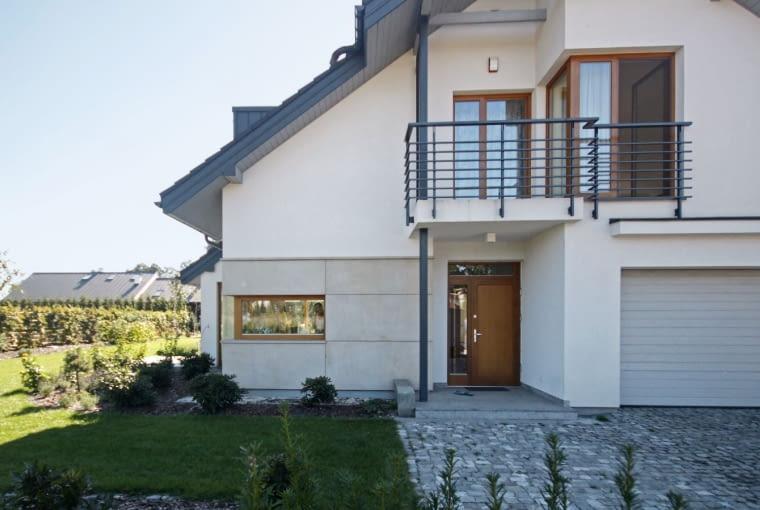 dom nowoczesny, balkon, brama garażowa
