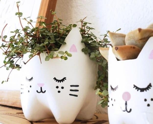 Ten pomysł możemy wykorzystać do uprawy właściwie każdej rośliny. Najlepiej sprawdza się z ziołami. Obcinamy dno butelki, malujemy na dowolny kolor i rysujemy kota markerem. Więcej na brudiy.com