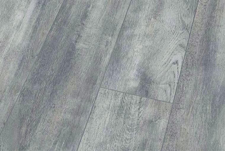 Blue Line Wood - White Oak/Falquon Klasa ścieralności: AC4; klasa użyteczności: 32 wymiary: 1376 x 193 mm grubość: 8 mm struktura powierzchni: wysoki połysk naturalny wygląd wzorów drewna. Cena: 117 zł/m2, www.falquon.pl