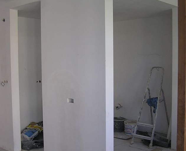 W ścianie można zamurować tunel, w którym poprowadzone zostaną kable zasilające i łączące telewizor z kinem domowym