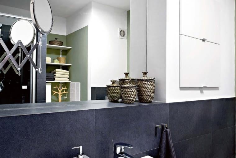 Po remoncie. Umywalka została przeniesiona na przeciwległą ścianę, w której udało się zrobić wnękę na lustro i sporą szafkę zamykaną podnoszonymi białymi frontami (patrz następne zdjęcie). Przy lustrze powstała szeroka półka na kosmetyki.