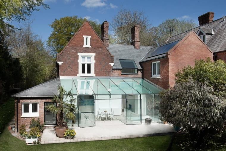 Szklany Dom autorstwa AR Design Studio to przykład udanego połączenia nowego ze starym oraz... nietypowego zastosowanie szkła w architekturze.