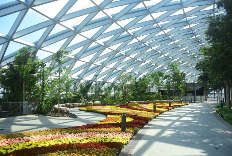 Nowa część lotniska Jewel Changi Airport w Singapurze. Proj. Safdie Architects.