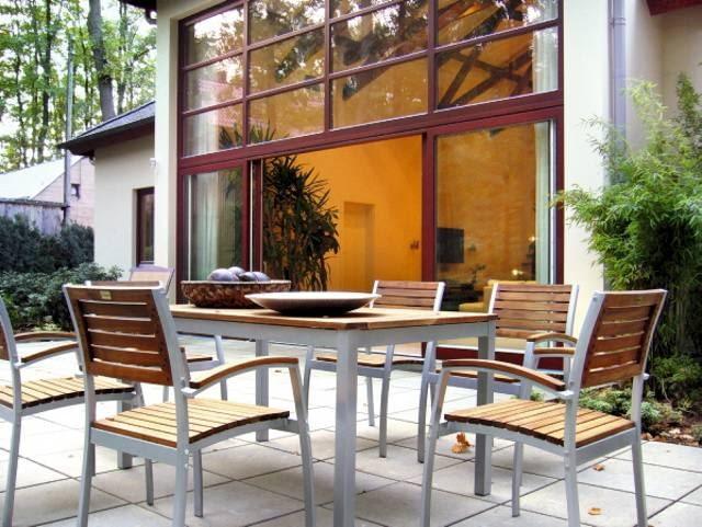 Taras stanowi otwarte wnętrze ogrodowe. Zgodnie z założeniem, stał się letnim salonem na świeżym powietrzu