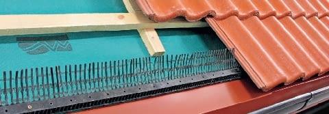 Krok 3. Do kontrłat mocuje się łaty. Druga łata, o którą zaczepia się dachówki pierwszego rzędu, powinna się znaleźć w takim miejscu, by były one wysunięte poza krawędź deski okapowej na 1/4 swojej długości. To gwarantuje, że woda spływająca z pokrycia dachu i z membrany dachowej trafia wprost do rynny.