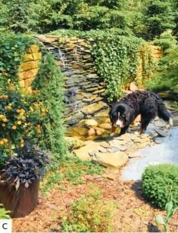 C W rogu ogrodu postawiono półokrągły murek, z którego tryska kaskada