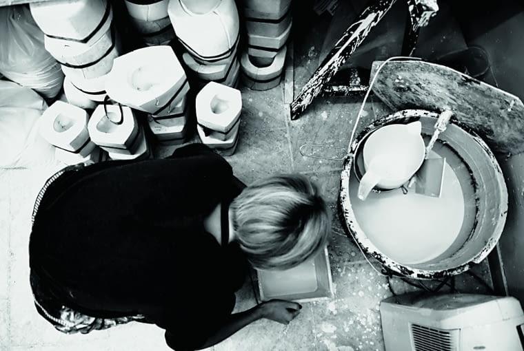 Natalia i Kuba projektują razem, ale wypalaniem i malowaniem figurek, filiżanek czy wazonów w ich niewielkiej wrocławskiej pracowni zajmuje się głównie Natalia. Wykorzystuje wysokiej jakości porcelanę.