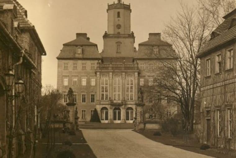 Zamek książ przed XX-wieczną przebudową, zdjęcie z albumu Louisa Hardouina (udostępnione przez Zamek Książ), wroclaw.gazeta.pl