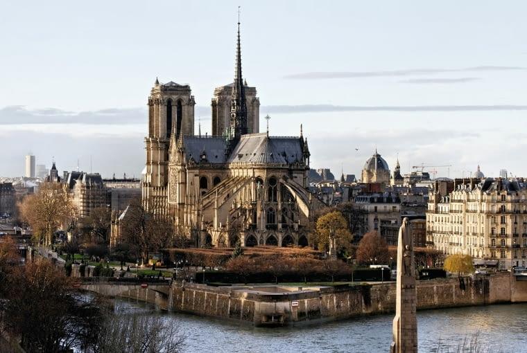 Katedra Notre Dame w Paryżu ma zostać odbudowana w kształcie sprzed pożaru.