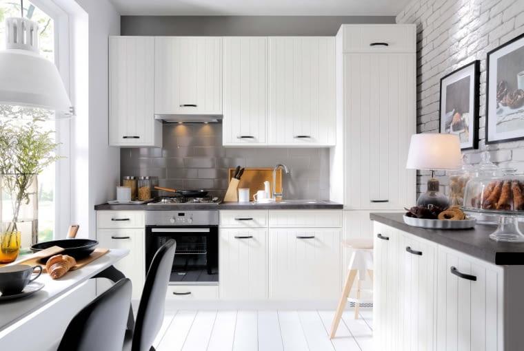 Zastosowanie różnych odcieni bieli (od mlecznobiałego aż po écru) oraz szarości (od jasnego po grafitowy) sprawia, że wnętrze, choć stonowane, nie jest monotonne. Na zdjęciu kuchnia z kolekcji Domin.