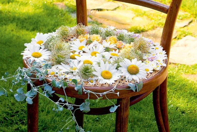 Krzesło wyplatane kwiatami nie zachęca do wypoczynku - to jedynie ciekawy element dekoracyjny.