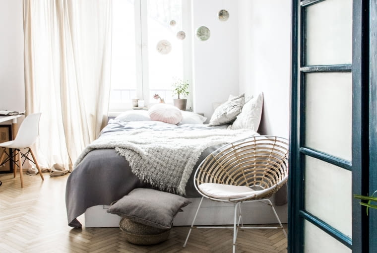 Łóżko w sypialni zostało ustawione w nietypowy sposób