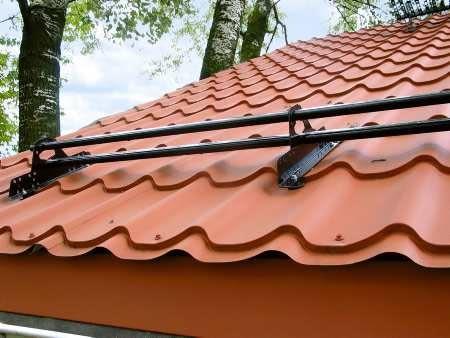 Bariera rurowa na dachu krytym blachodachówką, przeznaczona do stosowania w rejonach o obfitych opadach śniegu