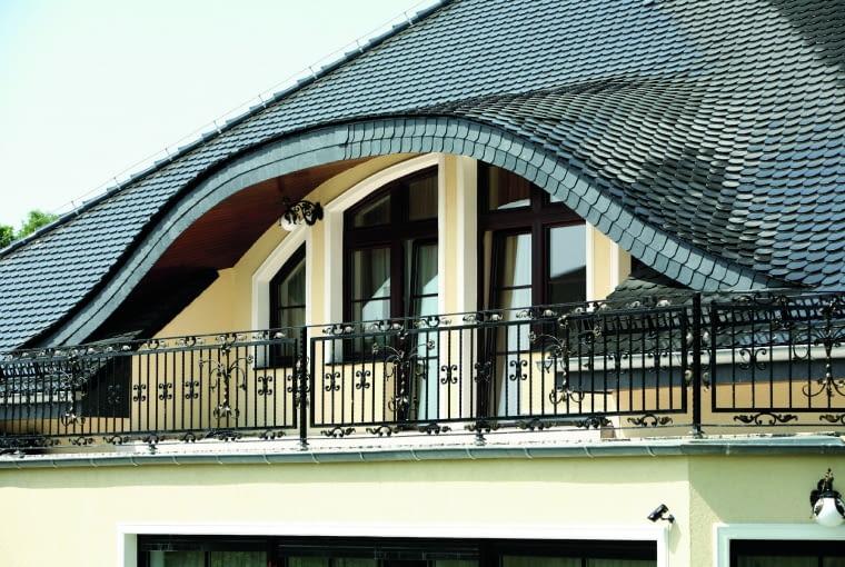 Opaski mocowane wokół okien po przyklejeniu maluje się farbą elewacyjną -zwykle wybiera się biały kolor