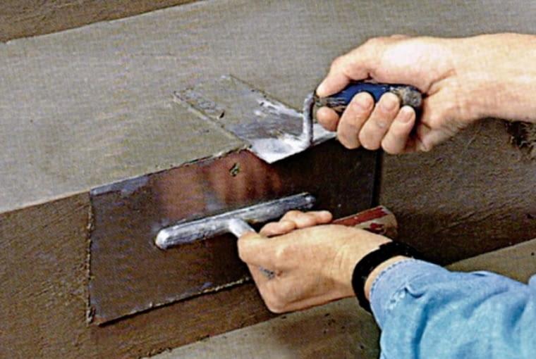 Naprawa betonowej powierzchni schodów: gruntowanie podłoża zwiększające przyczepność zaprawy wyrównawczej, nakładanie zaprawy i dokładne jej wyrównanie