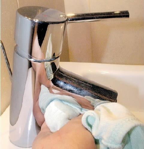 Krok 4. Baterię obficie spłukuje się czystą wodą i wyciera do sucha. By nadać powierzchni połysk, można ją wypolerować.