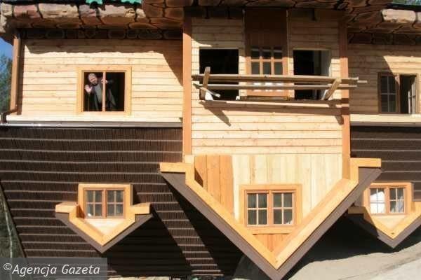 Przewrócony dom w Szymbarku