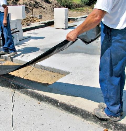 Krok 1. Rolkę folii izolacyjnej w celu dopasowania jej długości rozwija się wzdłuż miejsca, w którym będzie ona układana