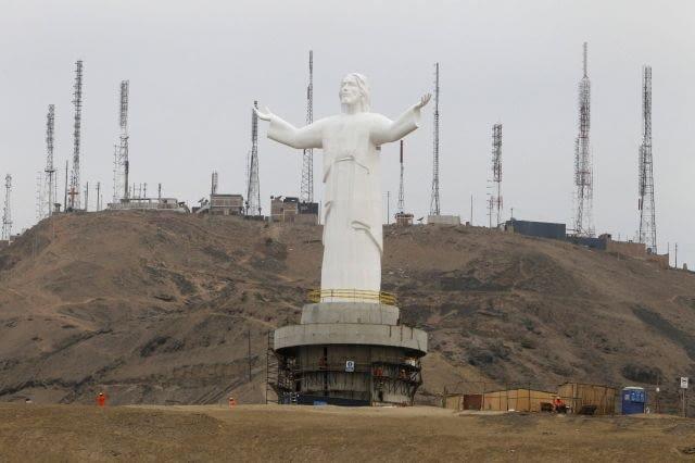 Pomnik Jezusa Chrystusa w Limie, Peru. Chrystus Pacyfiku będzie najwyższy na świecie. Będzie gotowy pod koniec czerwca i ma być główną atrakcją turystyczną regionu