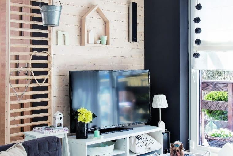 PRZEPIERZENIE zdrewnianych desek ilistewek, oddzielające przedpokój od salonu, to pomysł Waldka. Na drabince najczęściej wiszą sezonowe dekoracje, okolicznościowe kartki, doniczki zziołami.