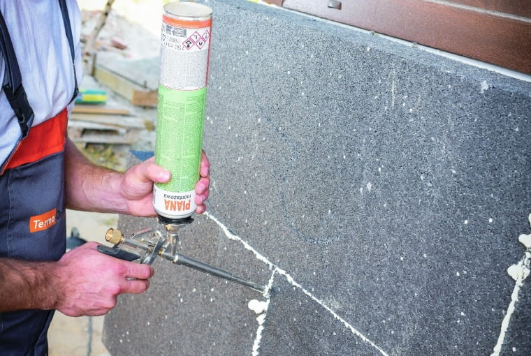 Aby uniknąć zimnych szpar na połączeniu płyt ociepleniowych, ich styki uszczelnia się, wciskając piankę poliuretanową. Niedopuszczalne jest szpachlowanie szczelin pomiędzy płytami a zaprawą klejącą