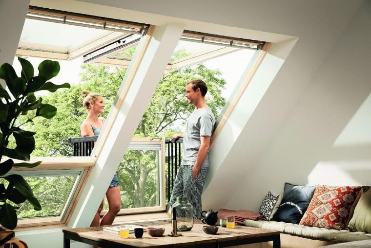 Zamknięte okno balkonowe tworzy z dachem równą płaszczyznę. Po otwarciu górne skrzydło uchyla się do góry, a dolne - zintegrowane z bocznymi barierkami ochronnymi - wysuwa się do przodu, tworząc niewielki balkon