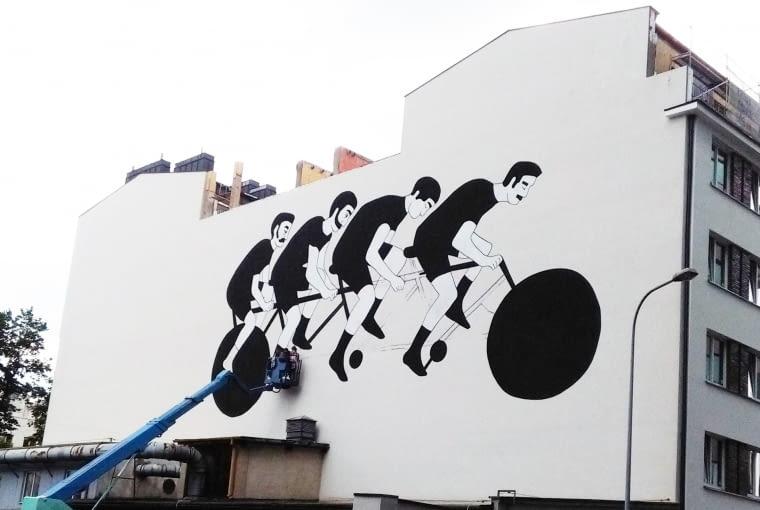 Mural 'Cykliści' namalowany na ścianie kamienicy przy ulicy Ogrodowej 65 w Warszawie, realizacja zwycięskiego projektu w konkursie. Projekt: Alicja Biała