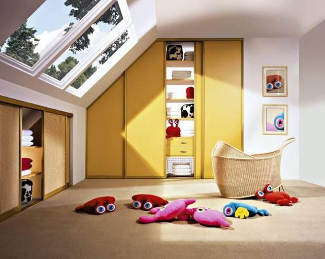 Na poddasze nie da się wstawić typowej szafy, ale miejsca na schowki jest sporo