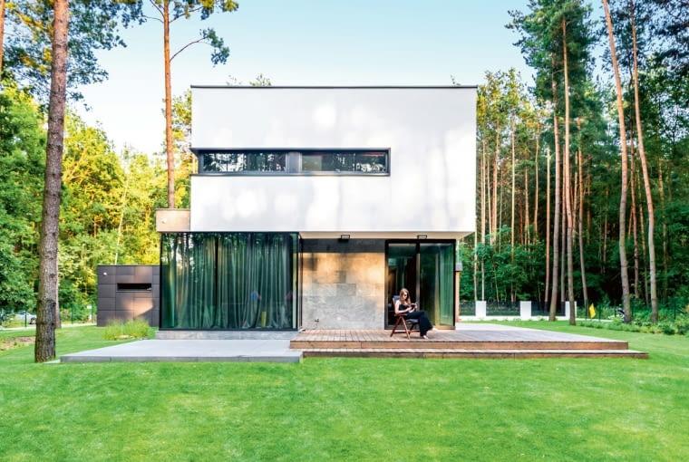 Naturalne otoczenie domu jest na tyle atrakcyjne, że właściciele postanowili nie odwracać od niego uwagi bogatymi nasadzeniami w ogrodzie