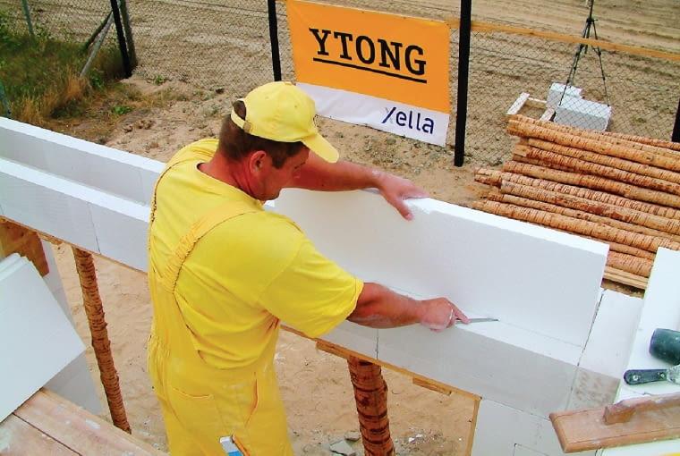 Przy budowaniu ścian jednowarstwowych o ocieplenie nadproża należy zadbać, wykorzystując elementy systemowe, np. kształtki U osłaniające ocieplenie
