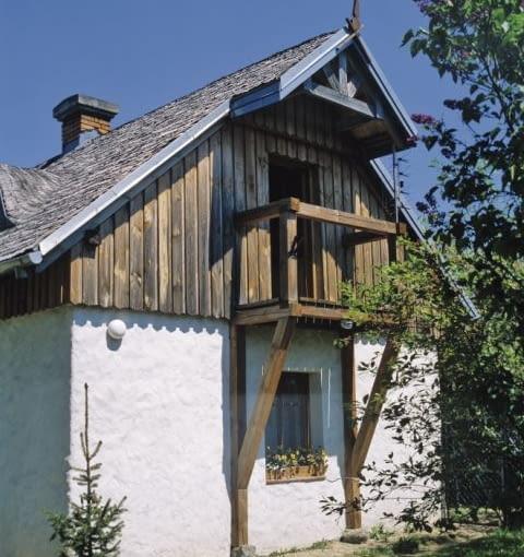 Ręcznie zacierany tynk i duża ilość drewna to jeden z dobrych sposobów na 'wiejski dom'