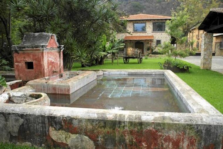 Kamienne ramy basenu, na których widać upływ czasu, dodają wdzięku wnętrzu w stylu kolonialnym