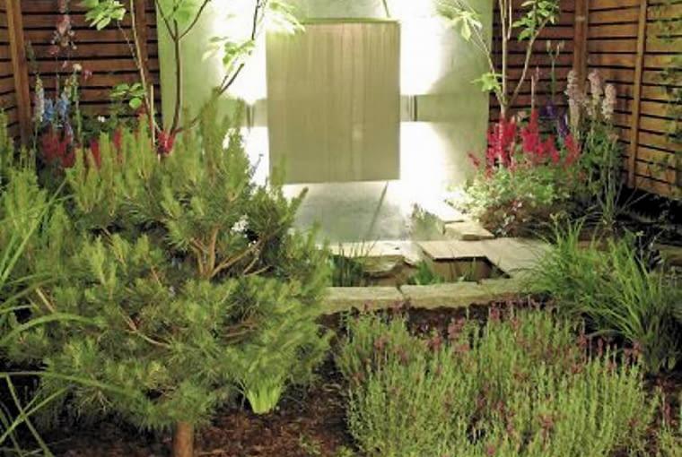 Projekty ogrodów. Mały ogród jak nastrojowy obraz. Maleńki ogródek trzeba starannie zakomponować. Każdy detal widać tu jak na dłoni