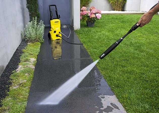 Betonowe nawierzchnie powinno się zmywać rotacyjnym strumieniem wody pod ciśnieniem 100-160 bar