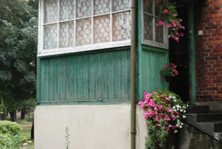 Chełmek, ganek domu robotniczego