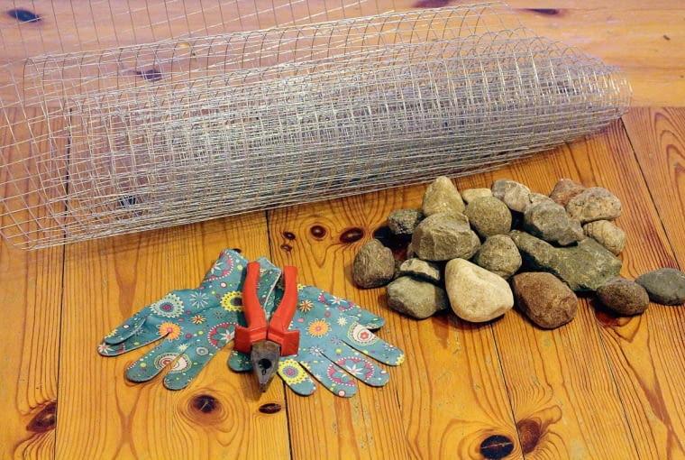 Mteriały: siatka o drobnych oczkach, kombinerki (z możliwością cięcia drutu), rękawiczki ochronne, wypełnienie (np. kamienie, szyszki, kawałki cegły, muszle).